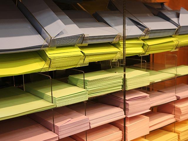 Briefpapiere in verschiedenen Farben